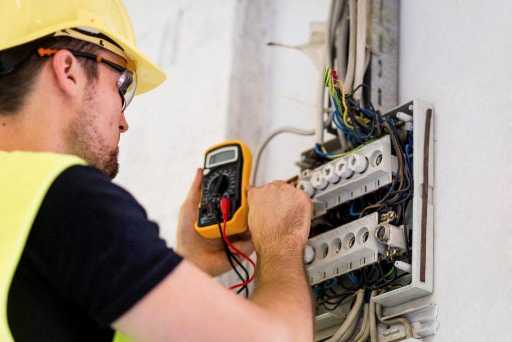 Elektroinstalace revize v panelovém bytě